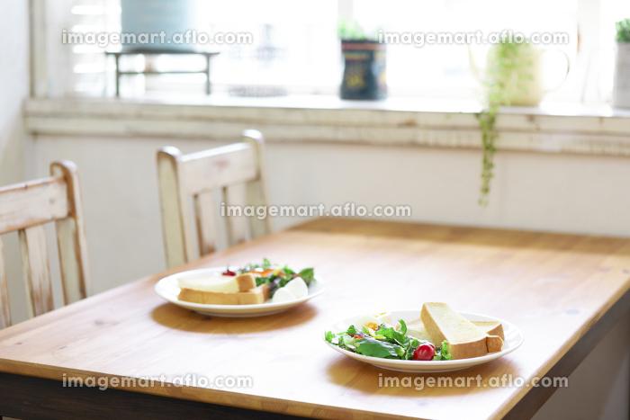 朝食の置かれたテーブル