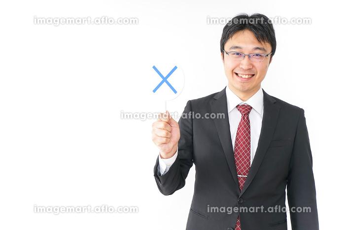 バツ印を示すビジネスマンの販売画像
