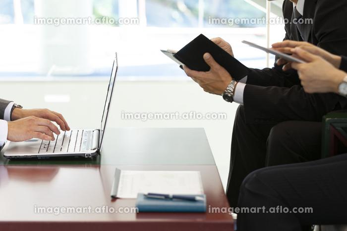 打ち合わせするビジネスマン3人の販売画像
