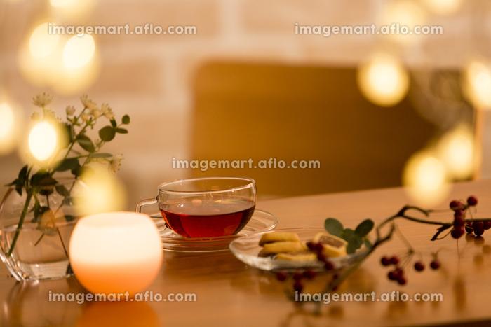 テーブルに置かれた紅茶の販売画像