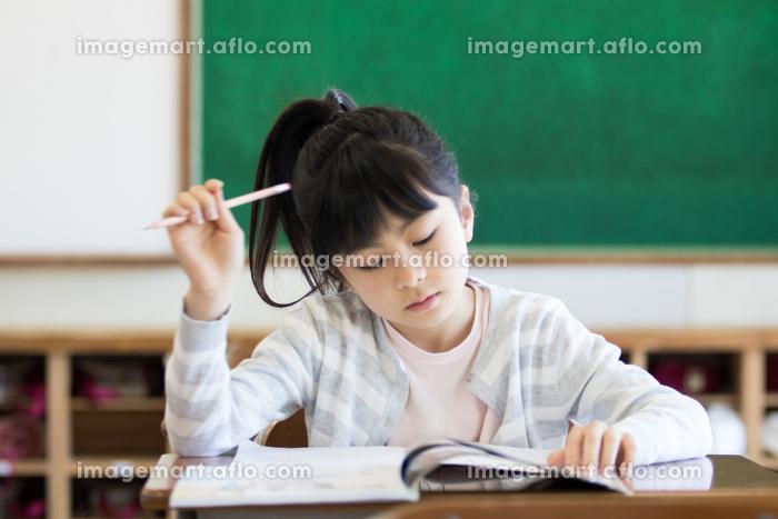 教室で勉強する女の子