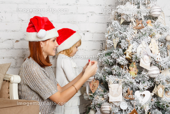 Happy family and Christmas tree.の販売画像