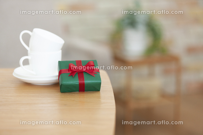 プレゼントとカップアンドソーサー