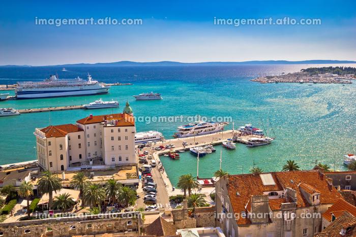 Split waterfront and harboar aerial viewの販売画像