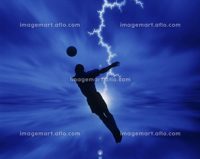 サッカーをする男性の販売画像