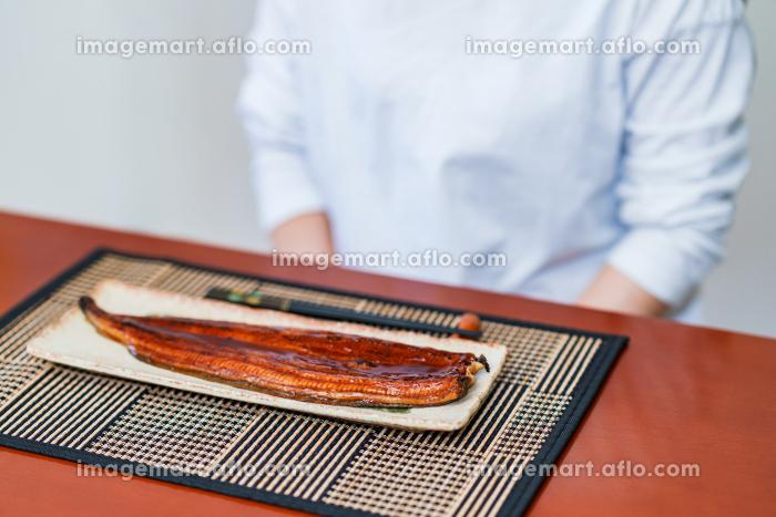 鰻丼 食べる シニア 【 土用 の 丑の日 イメージ 】の販売画像