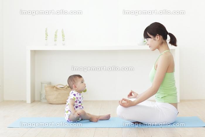 ヨガをするお母さんと赤ちゃん