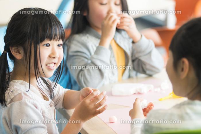 図画工作をする小学生の販売画像
