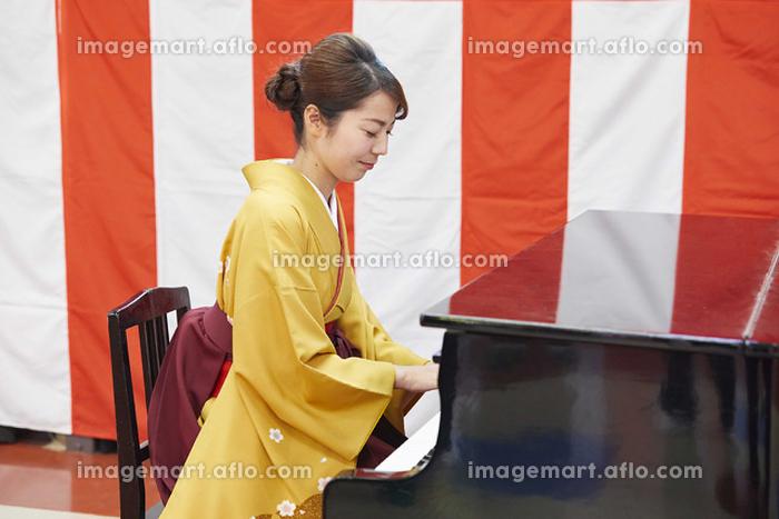 卒園式でピアノを弾く先生の販売画像