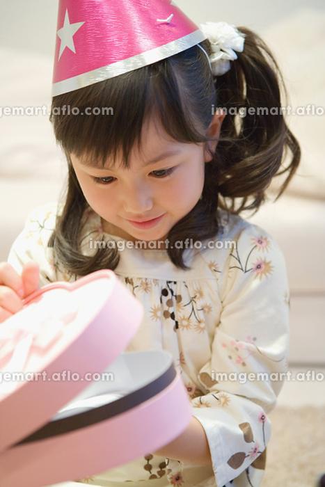 プレゼントを空ける女の子の販売画像
