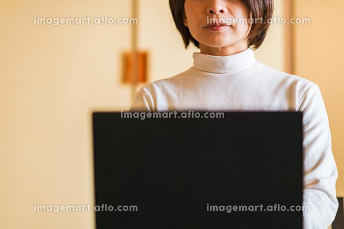 テレワーク 和室 ワーケーション 女性 日本人の販売画像