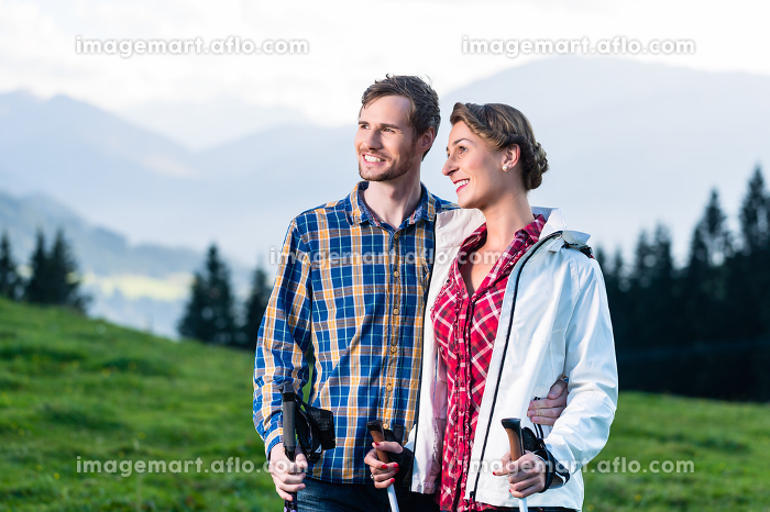Couple enjoying view hiking in the alpine mountainsの販売画像