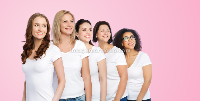 group of happy different women in white t-shirtsの販売画像