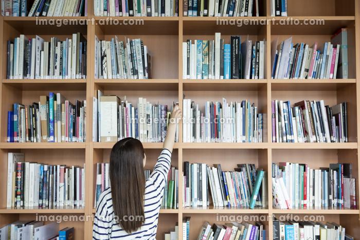 本を探す日本人女性