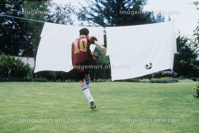 サッカーをする少年の販売画像