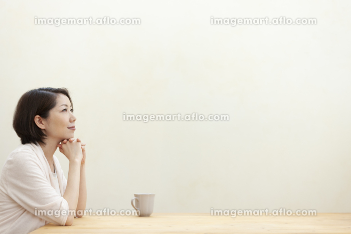 遠くを眺める女性