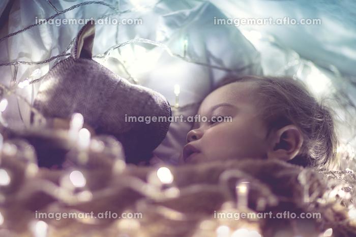 Sweet baby sleeping with soft toyの販売画像