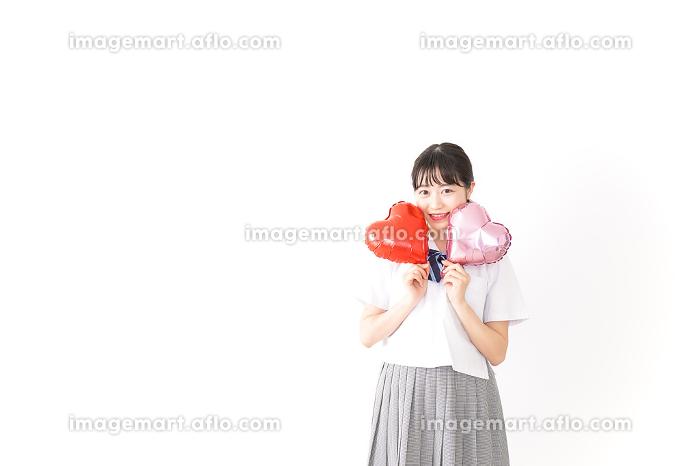 ハートマークを持つ若い女性の販売画像