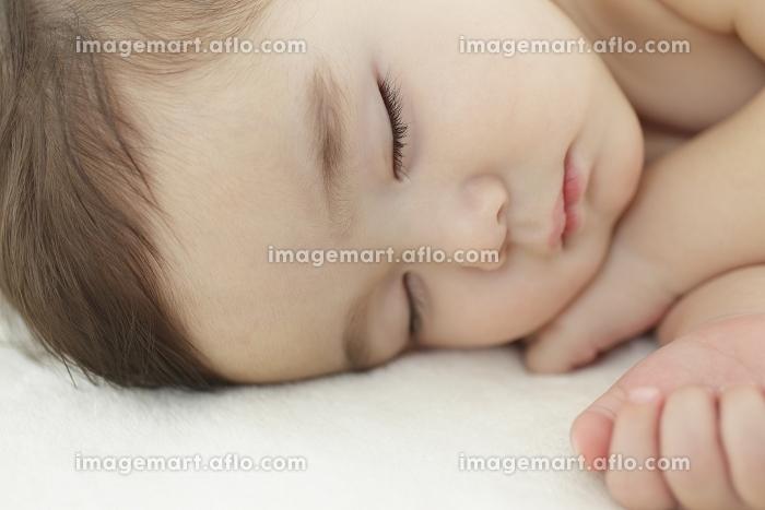寝ている赤ちゃんの販売画像