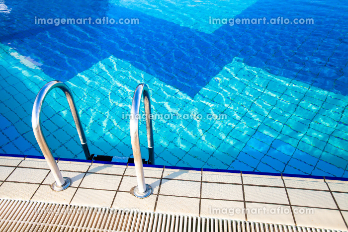 Blue water in a swimming poolの販売画像