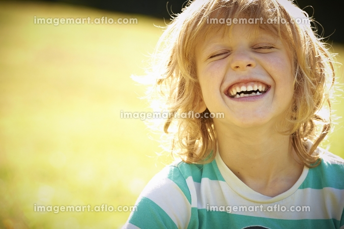 Smiling girl laughing outdoorsの販売画像