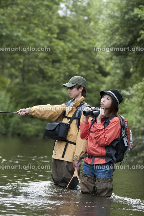 釣りをするカップルの販売画像