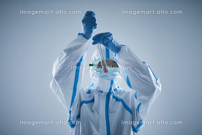 防護服を着用した男性の販売画像