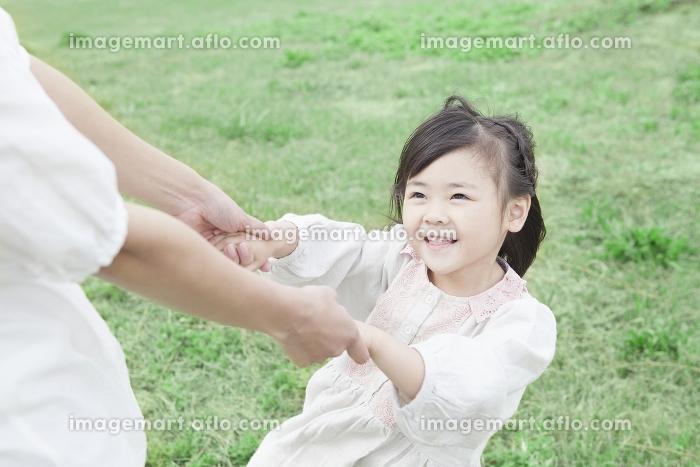 芝生で遊ぶ母と子の販売画像