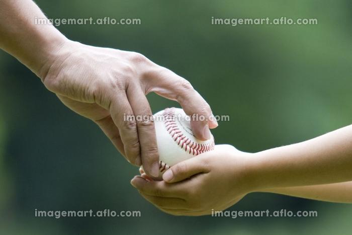 ボールを渡す親子