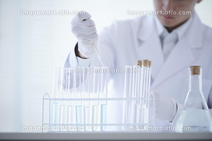 白衣の研究員