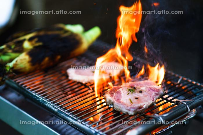 BBQで豚肉の香草焼きを作る【アウトドアイメージ】の販売画像