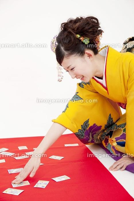 カルタ遊びをする振袖女性の販売画像