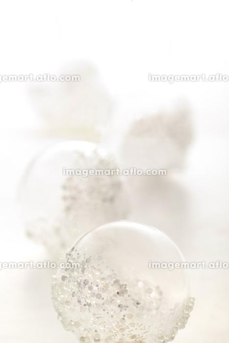 白い背景の中のクリスマス雑貨の販売画像