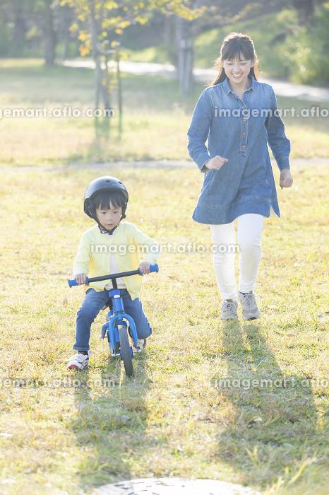 キックバイクに乗る男の子の販売画像