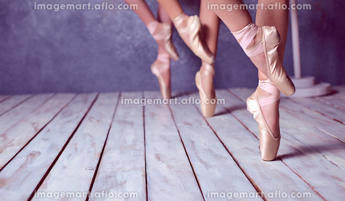 The feet of a young ballerinas in pointe shoesの販売画像