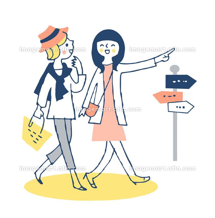 並んで街を歩く若い女性2人の販売画像
