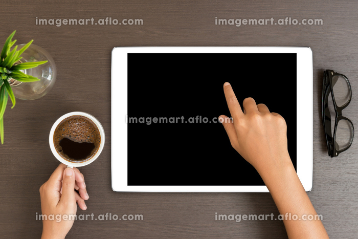 hand use white tablet on desk table top viewの販売画像