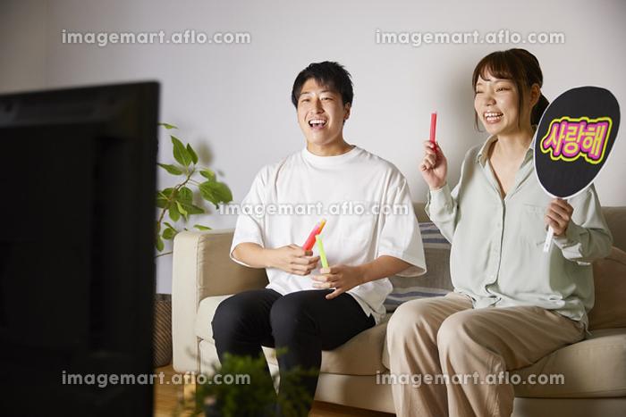 オンラインライブを楽しむ日本人カップルの販売画像