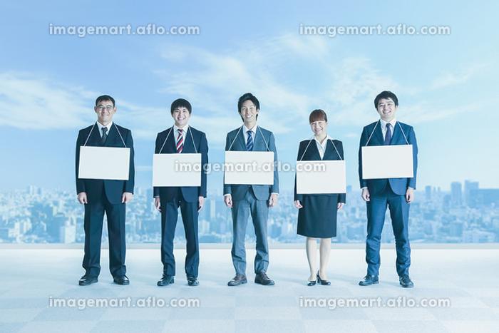 メッセージボードを首から下げるビジネスパーソン達の販売画像