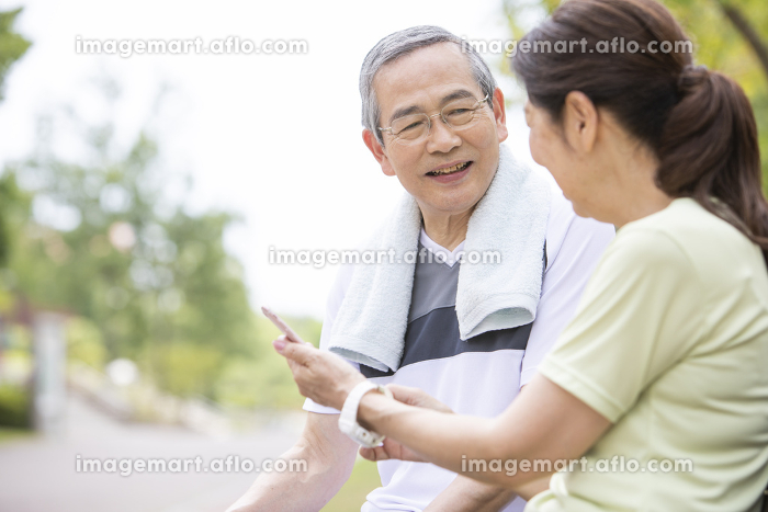 スマートフォンを見るシニアカップルの販売画像