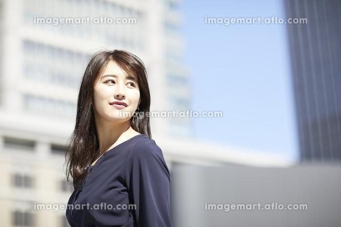 振り返る日本人女性のポートレートの販売画像