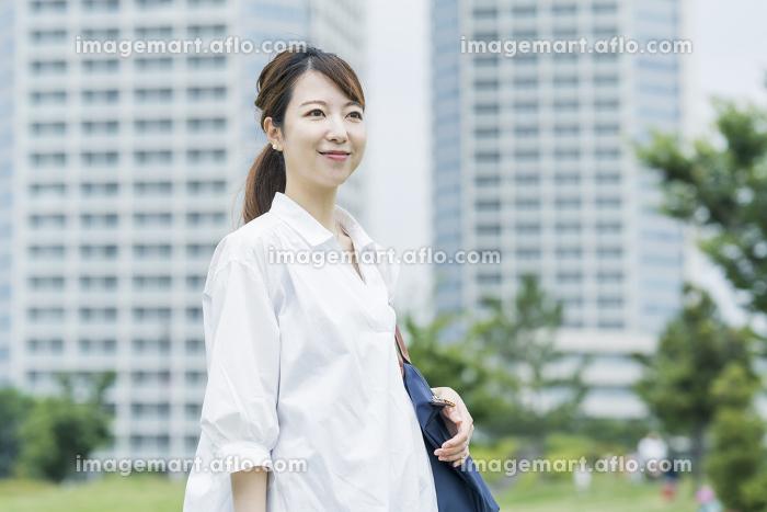 散歩する女性の販売画像