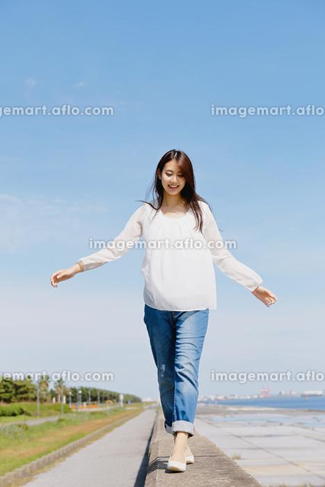 防波堤に登った日本人女性