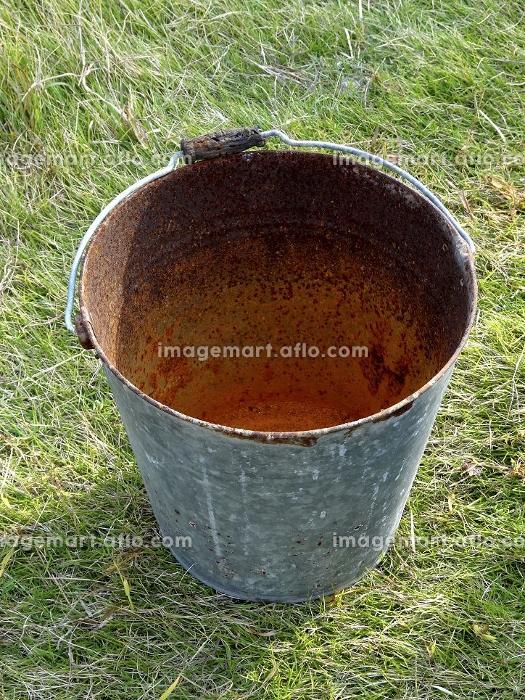 錆びたブリキのバケツの販売画像