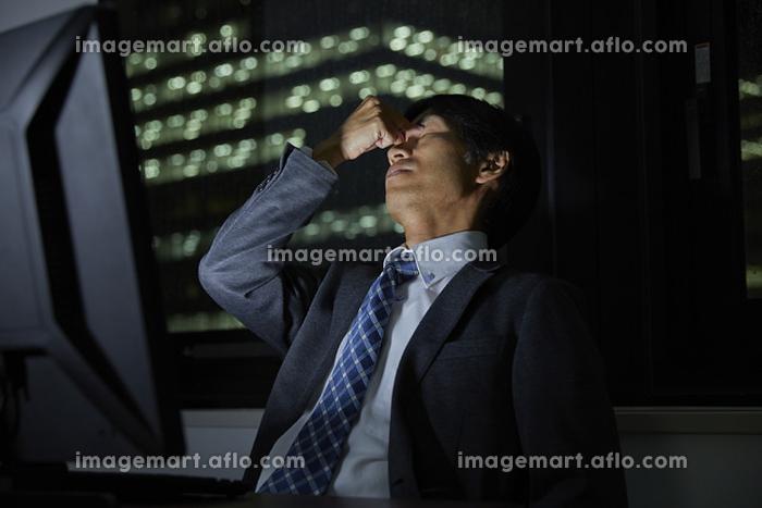 残業で疲労を抱える日本人ビジネスマン