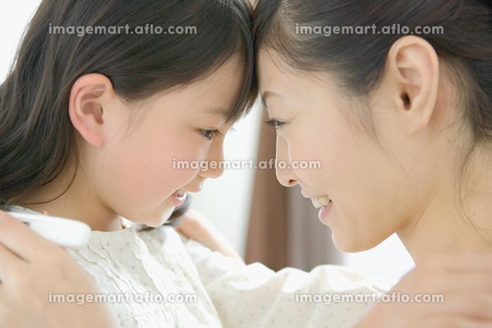 おでこをくっつける日本人親子の販売画像