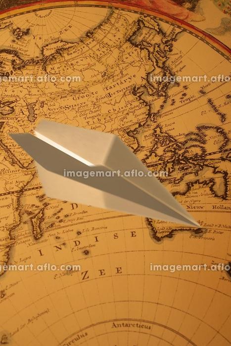 紙飛行機と世界地図の合成の販売画像