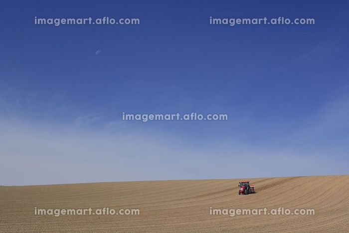 トラクターと畑の販売画像