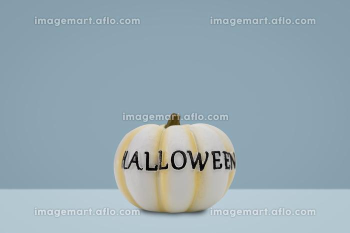 Halloween pumpkin on blue backgroundの販売画像