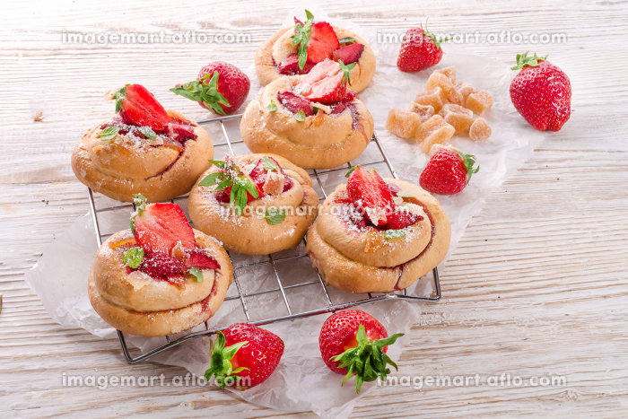 almond cakes with vanilla and strawberriesの販売画像